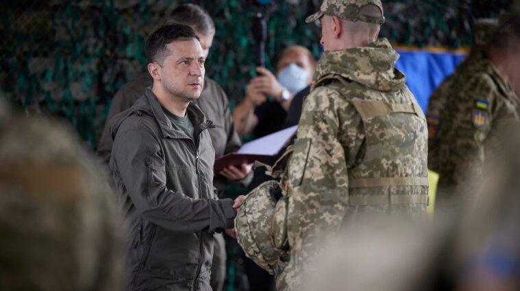 Зеленский на передовой наградил военных и пообедал в солдатской столовой
