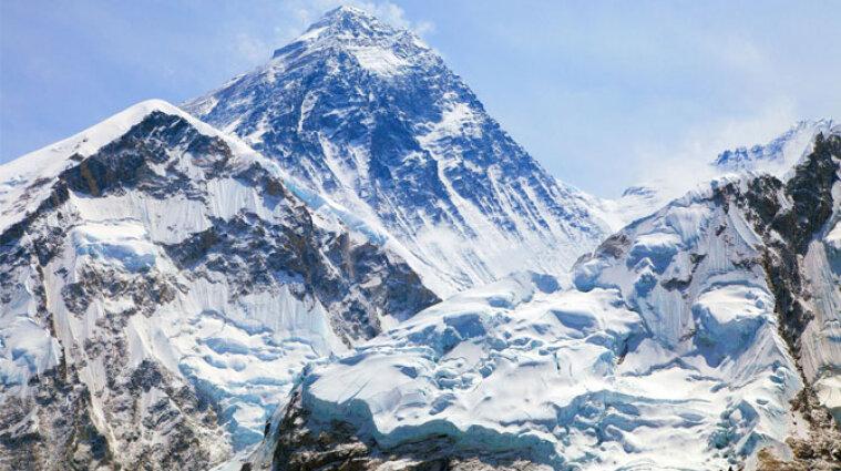 На Евересті заразилася сотня альпіністів на коронавірус
