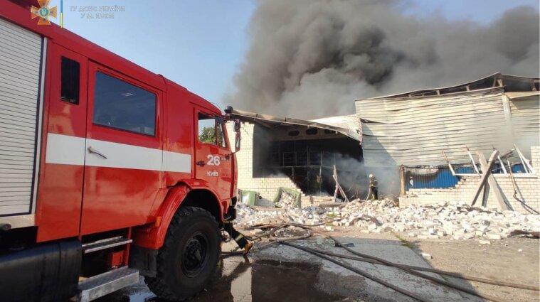 У Голосіївському районі Києва горять склади тютюнової фабрики - відео