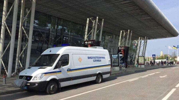 Во Львове заминировали аэропорт: эвакуируют людей