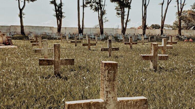 Вбили хрестом: у Києві на цвинтарі знайшли тіло безхатька без частини голови