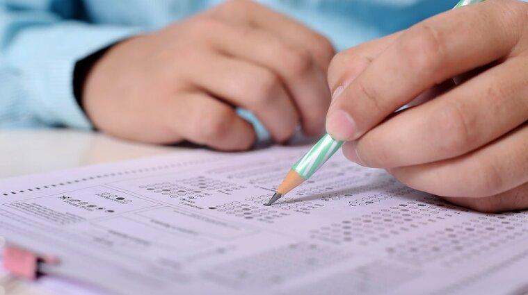 Чиновникам, які не склали іспит з української мови, дозволять перездачу