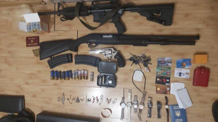 Катували прасками: учасників озброєної банди затримали у Київській області