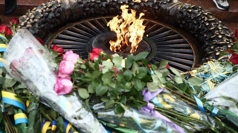 Мешканці Одеси з дітьми смажили шашлики на Вічному вогні - фото