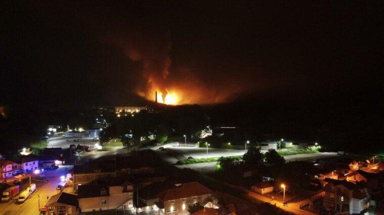 У Сербії на фабриці вибухнули склади з боєприпасами - відео