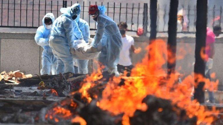 В Индии тела умерших от ковида сжигают прямо на улицах (фото)