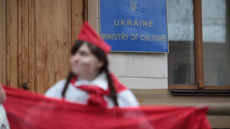 Георгіївська стрічка та свастика: за які символи карають в Україні