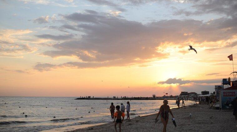 Поруч грались діти: пара займалась коханням на пляжі посеред дня у Залізному Порту (відео)
