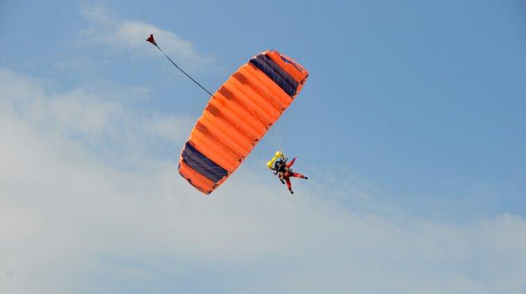 В Черниговской области спасатель погиб после тренировочного прыжка с парашютом