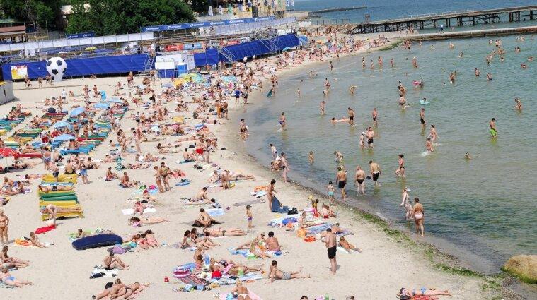 Одеські відпочивальники кілька годин купалися та засмагали біля накритого трупа