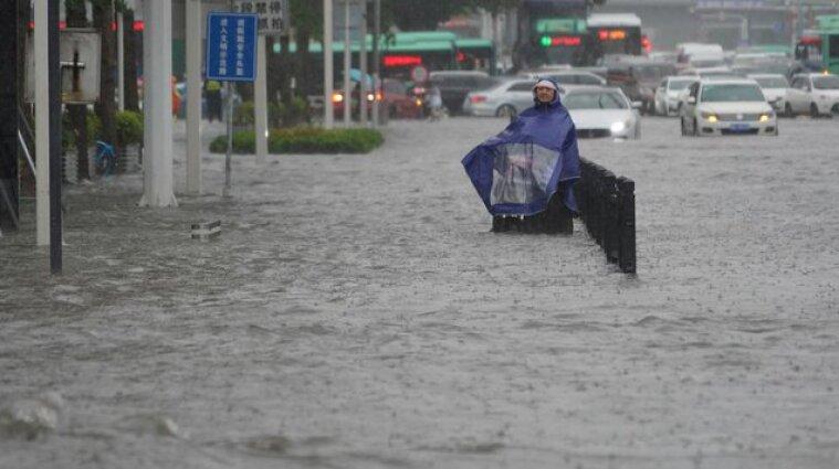 Потужна повінь у Китаї: затопило міста, розмило дороги, залило метро
