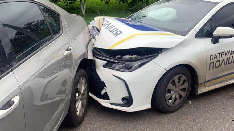 В Киеве пьяный водитель врезался в полицейский автомобиль - фото