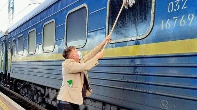 """Иностранец купил швабру и помыл окно грязного вагона  """"Укрзализныци"""""""
