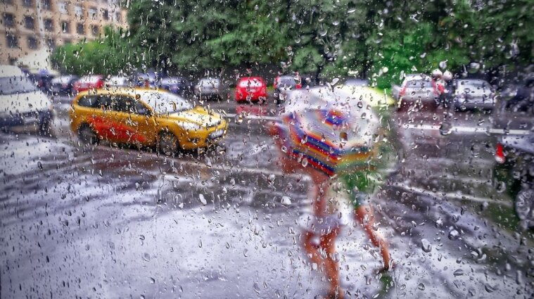 Вулиці кількох міст затопило в Україні через сильні зливи - відео