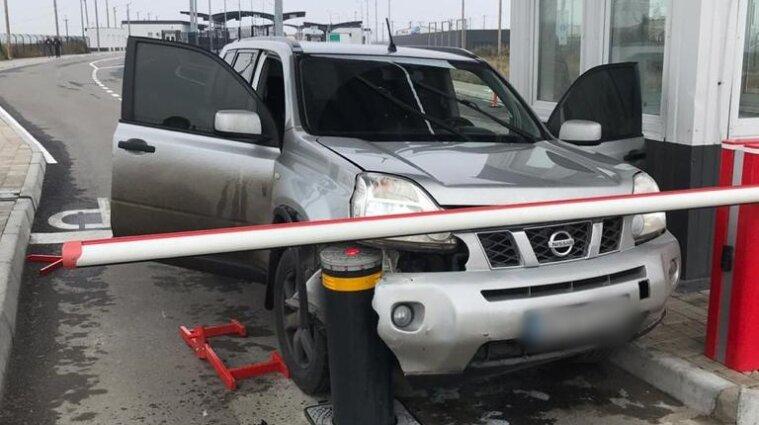 Водитель на внедорожнике прорывался в Крым и разбил машину