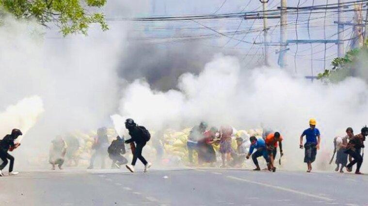 За сутки протестов в Мьянме силовики убили более 90 мирных жителей - видео