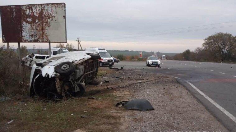 Натрасі в Одеській області зіткнулись авто та маршрутка: двоє загиблих та поранені