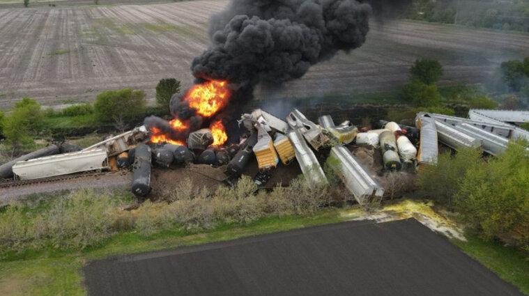 Потяг, що перевозив небезпечні хімікати, зійшов з рейок у США - фото, відео