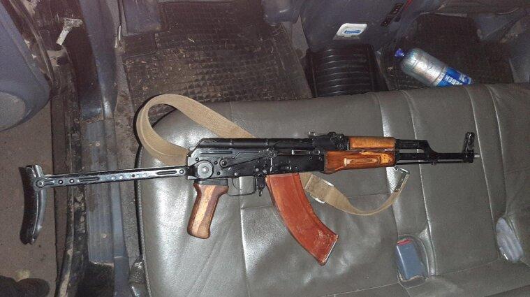 Чоловік обстріляв автівку з людьми у Харківській області - фото