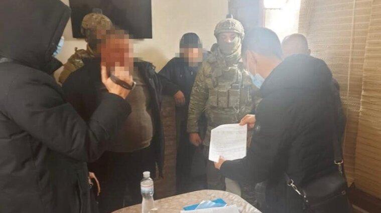 """Систематично """"вибивали"""" гроші: СБУ затримала чоловіків, які тероризували українців"""
