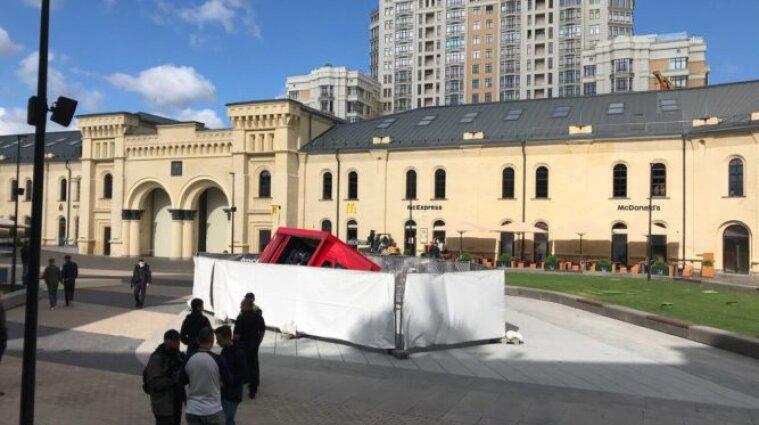 Вантажівка провалилася у щойно відкритий фонтан у Києві - фото