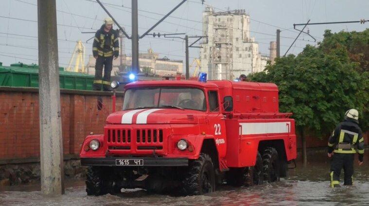 Непогода в Украине: без света 130 городов и сел, ливни затопили дома и дворы