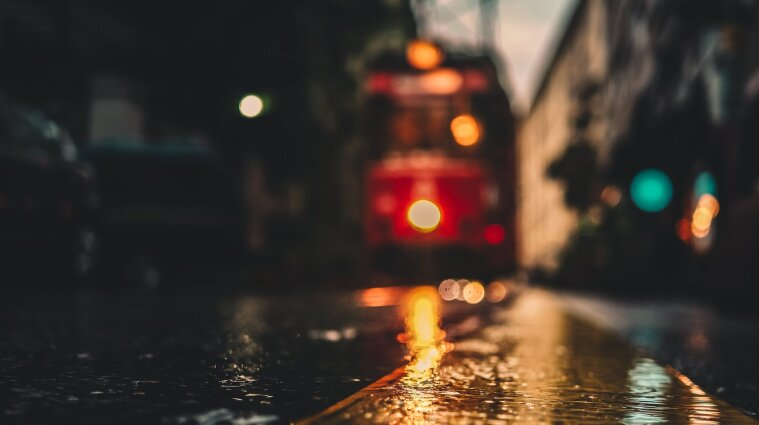 В Днепре автомобиль сбил пешехода прямо под трамвай - видео