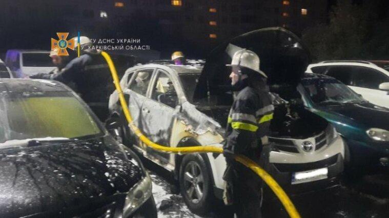 Шість автомобілів згоріли на автостоянці у Харкові - фото