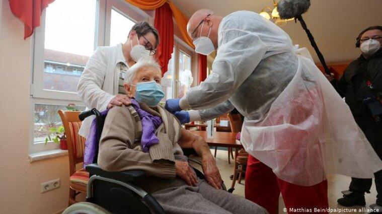 В Германии 101-летняя женщина получила первую прививку от коронавируса