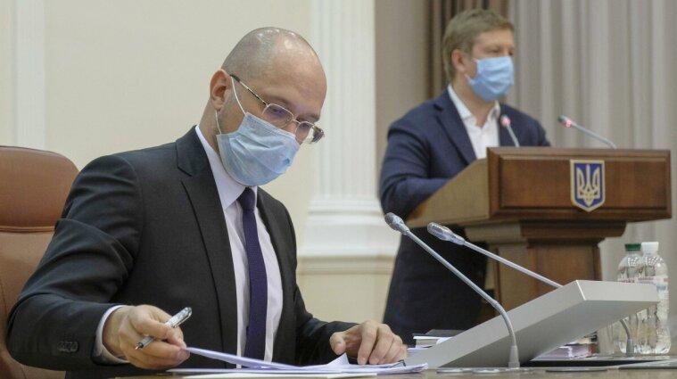 """Шмыгаль рассказал о """"карантинных"""" выплатах и о введении ковид-паспортов"""