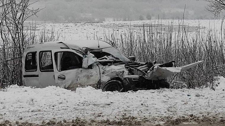 Потрійна ДТП у Львівській області: двоє людей загинули, четверо постраждали