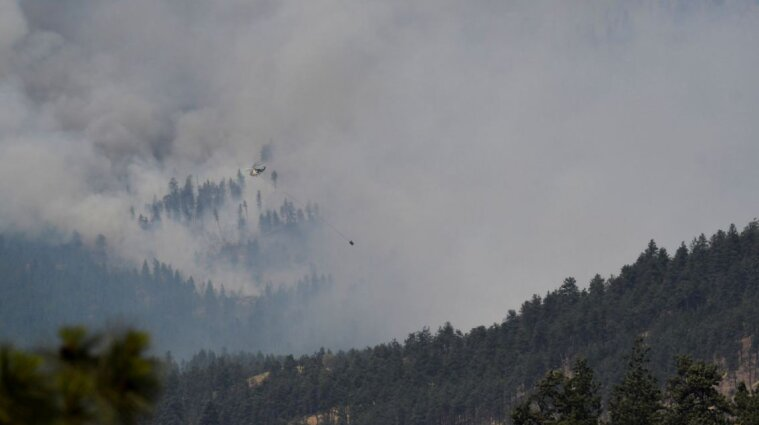 Канадский городок сгорел из-за лесного пожара - фото