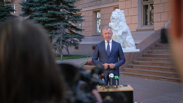 Руководитель Буковины пригрозил школам карантином без дистанционки