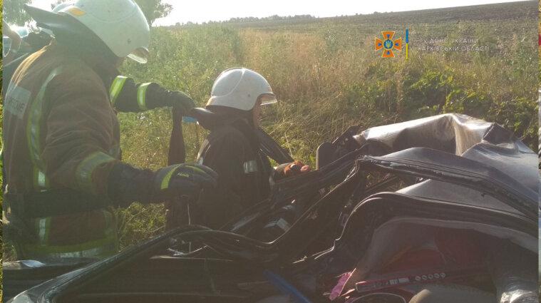ДТП на Харьковщине: тело погибшего было заблокировано в автомобиле (фото)