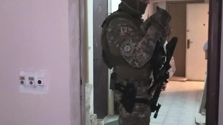 В Киеве мужчина залез в квартиру и взял в заложники ее владелицу