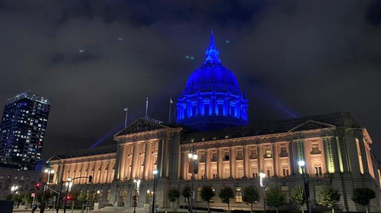 """Будівлю мерії у Сан-Франциско """"зафарбували"""" у кольори українського прапора - фото"""