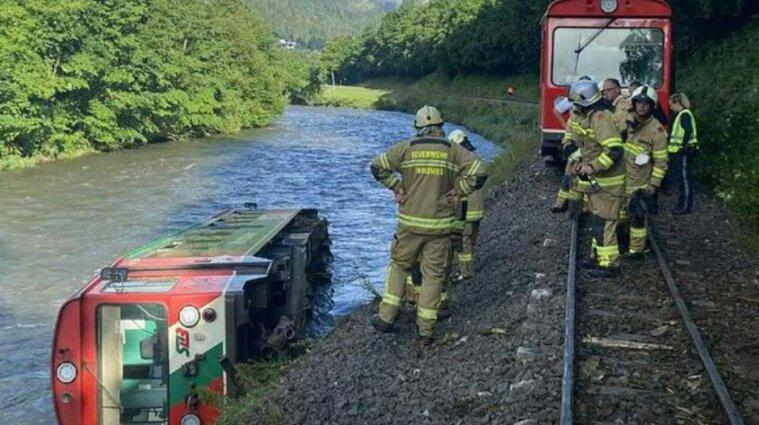 Потяг в Австрії, який віз учнів, зійшов з рейок та впав у річку