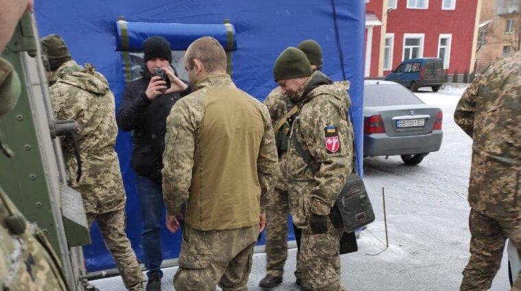 Украине передали военного, задержанного боевиками