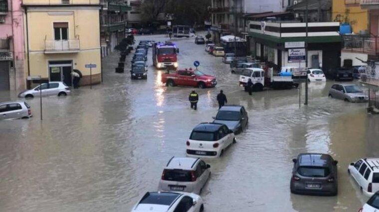 Через повені в Італії затопило дороги - фото