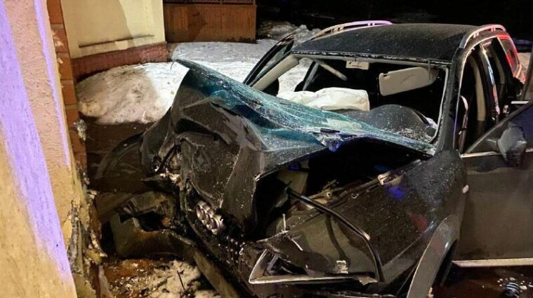 У Рівненській області автомобіль врізався у бетонну арку кафе: загинули дві людини