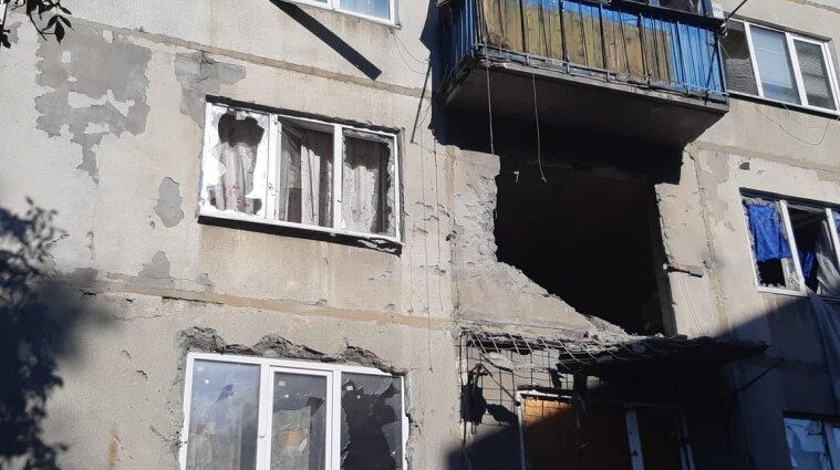 Боевики обстреляли многоэтажку в Красногоровке и ранили мирного жителя - фото