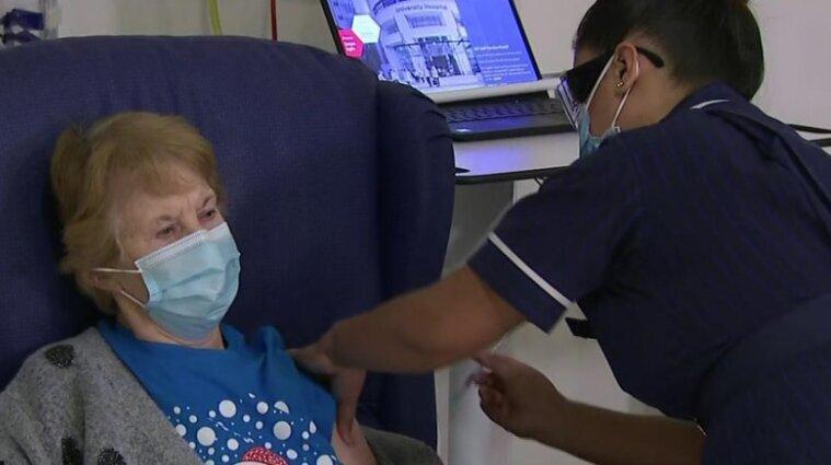 90-річна британка першою у світі отримала вакцину Pfizer від COVID-19