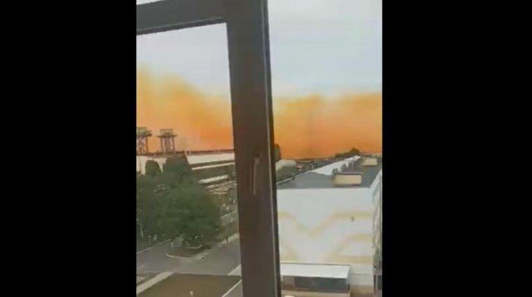 """На заводі """"РівнеАзот"""" вибухнула кислота, місто накриває ядуча жовта хмара (відео)"""