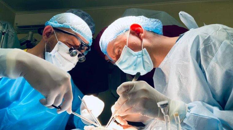В Києві лікарі поставили підлітку надруковані на 3D-принтері кістки