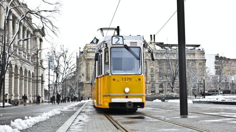 В Харькове во время движения трамвай слетел с рельсов и врезался в дерево, есть пострадавшие