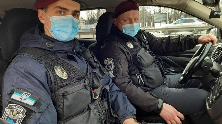 Киевские патрульные помогли хирургу, который спешил спасать 8-летнего пациента