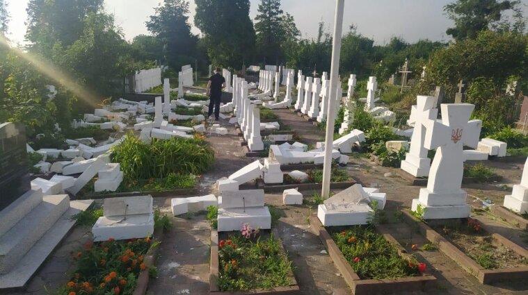 Вандал повредил почти 60 крестов на кладбище в Стрые - фото