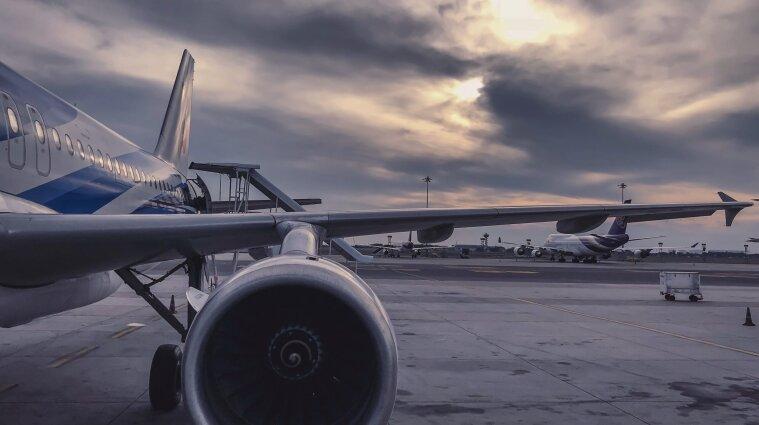 Невакциновані співробітники американської авіакомпанії щомісяця платитимуть 200 доларів