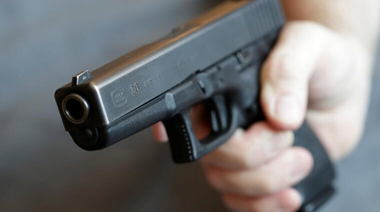 Чекав біля під'їзду: чоловік у камуфляжі обстріляв родину з дитиною під Києвом (відео)