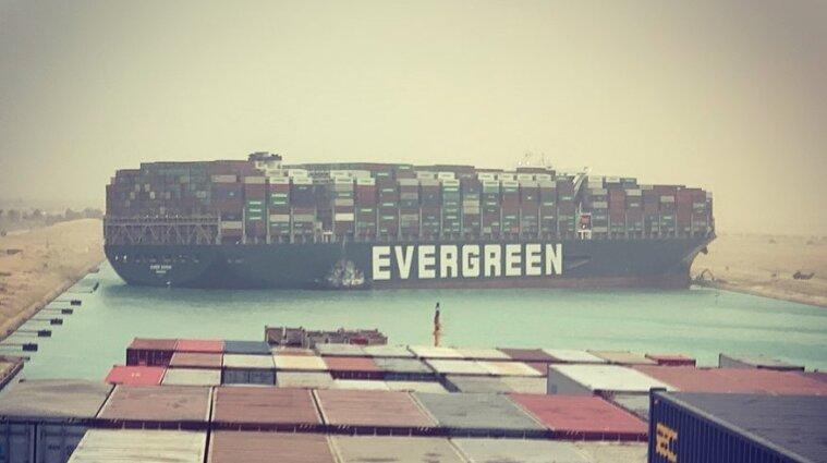 На Суэцком канале возник затор из-за контейнеровоза - видео, фото